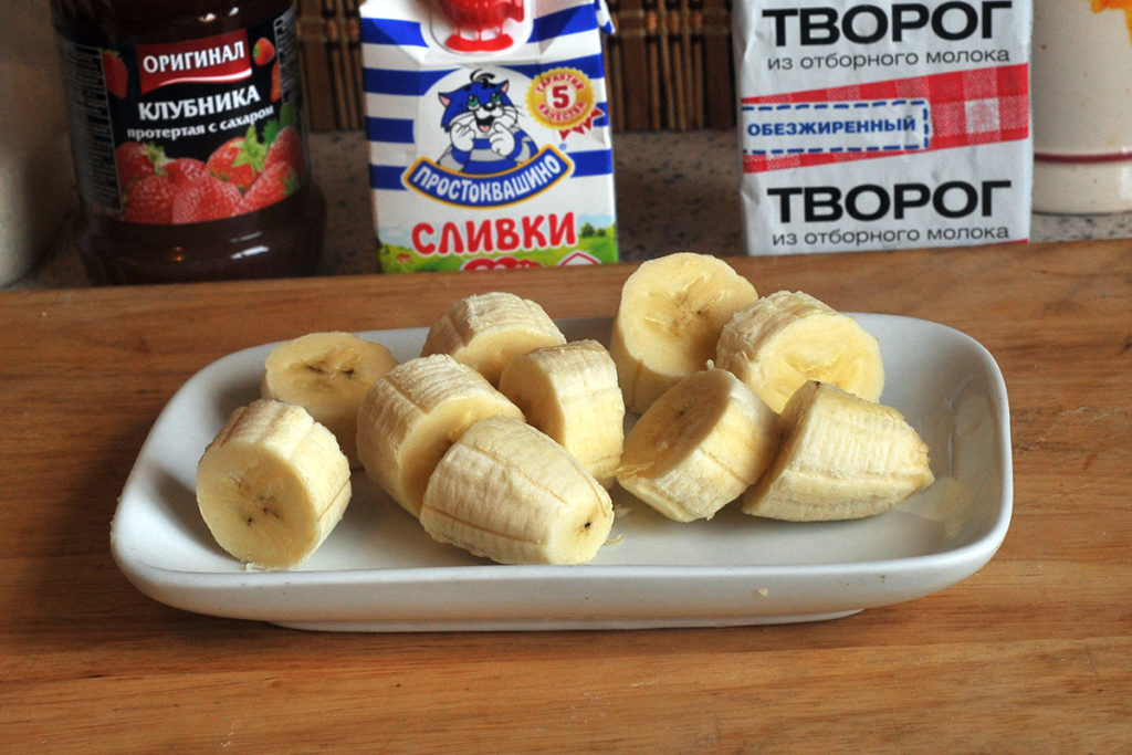 нарезанный банан для десерта из бананов с творогом