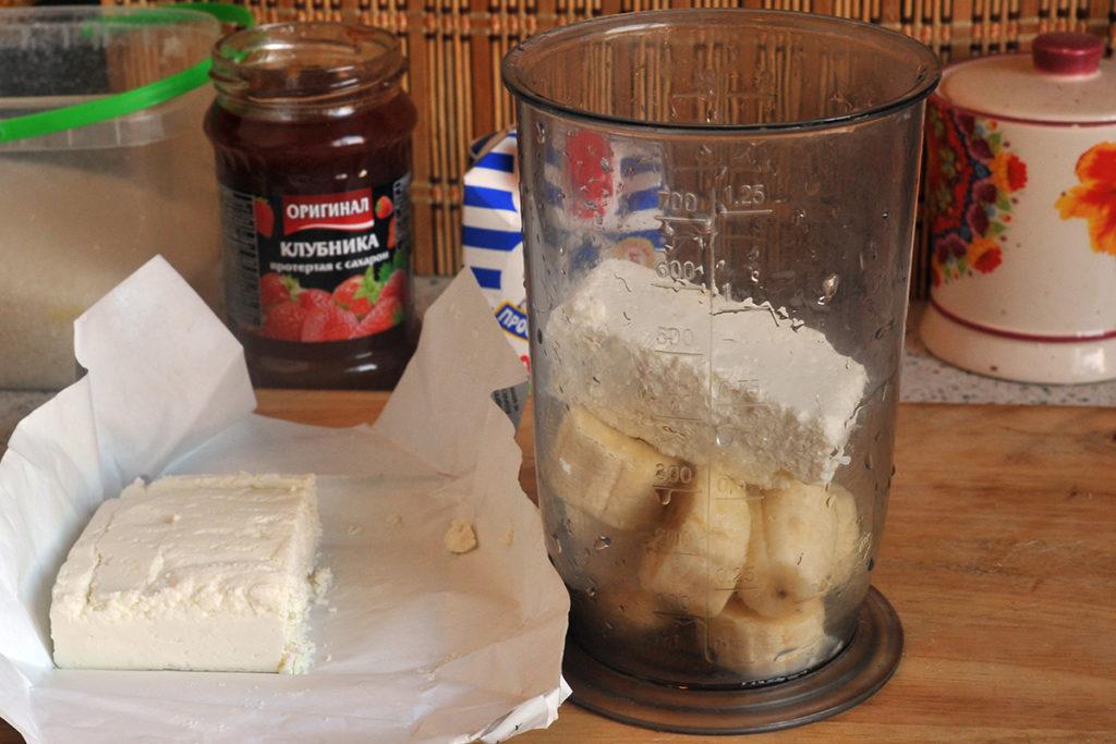 измельчить блендером ингредиенты для десерта из бананов с творогом
