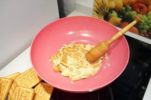 смешиваем печенье с орехами для кокосовых пирожных