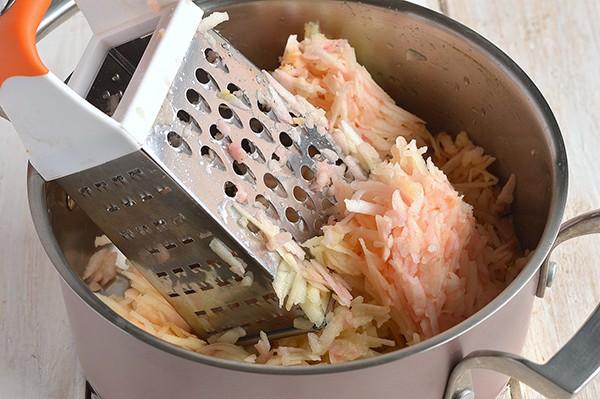 Измельчить яблоки на терке для венгерского пирога