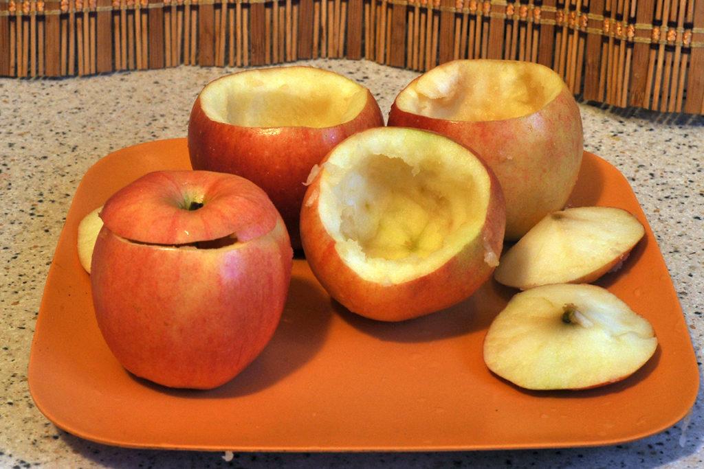 яблоки освобождаем от семян для приготовления десерта из яблок