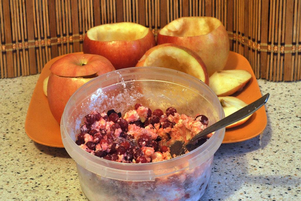 смешиваем ягоды брусники, сахар и немного крахмала для десерта из яблок