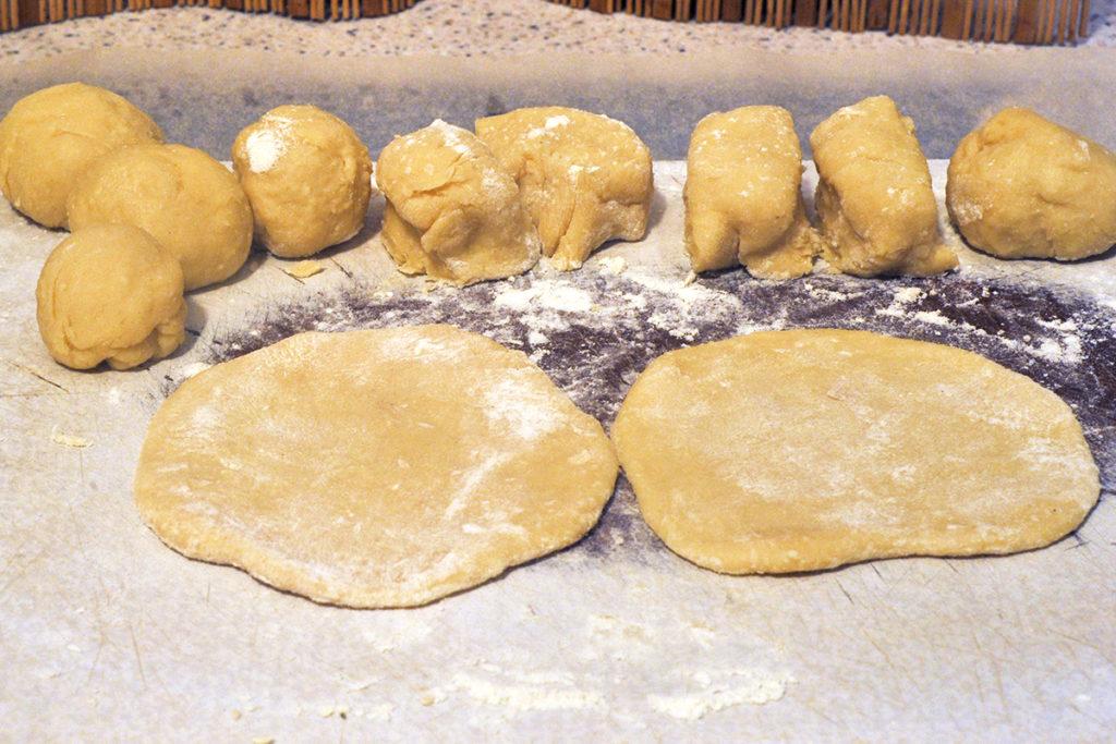 Раскатываем коржи для приготовления творожного печенья в духовке