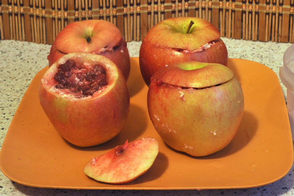 Фаршируем яблоки начинкой из брусники с сахаром
