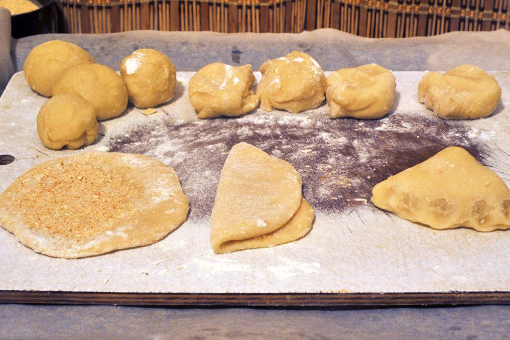 Из теста сворачиваем творожное печенье в духовке