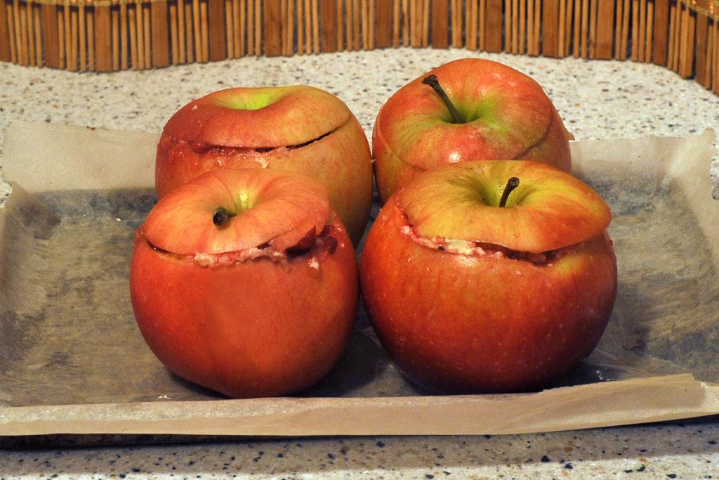 выставляем фаршированные брусникой яблоки на противень