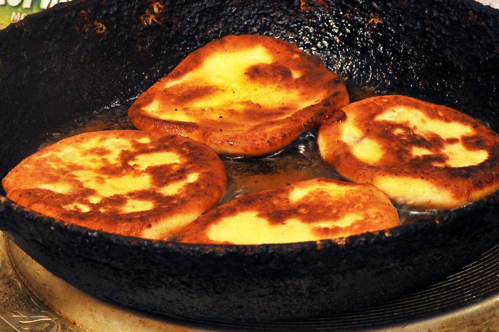 Домашние сырники обжариваем на масле в сковородке