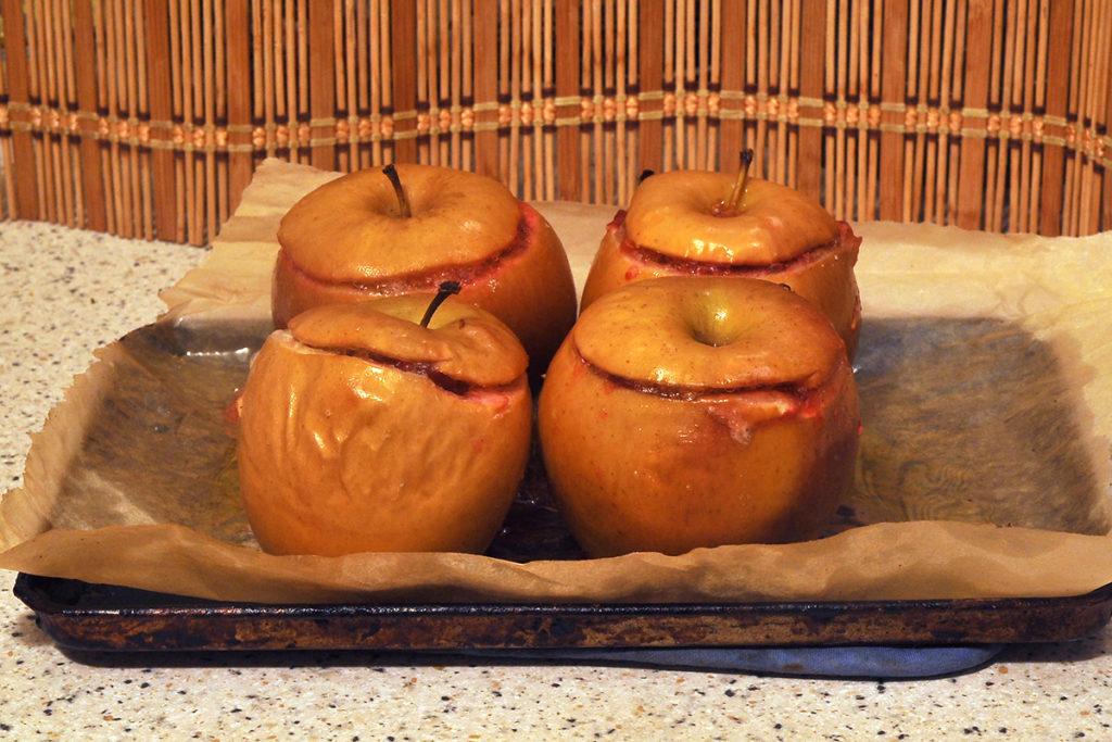 достаем из духовки готовый десерт из яблок