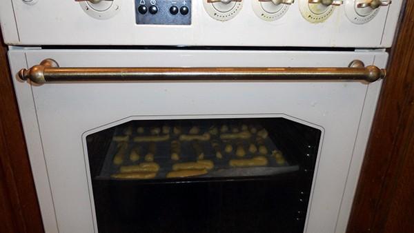 Запекаем пирожные из заварного теста в духовке при температуре 200 градусов