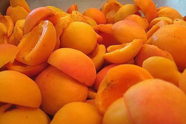 Чистим от косточки фрукты для приготовления абрикосового джема