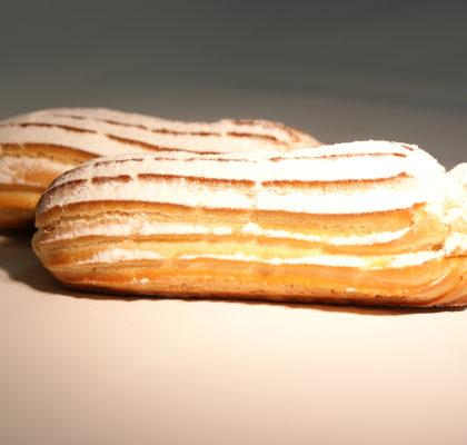 Заварные пирожные с с заварным кремом и сахарной пудрой