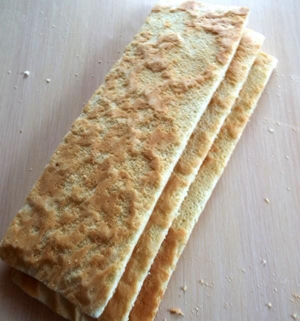 Разрезаем бисквит для лимонного пирожного на 3 части