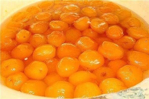 Кладем в кастрюлю все ингредиенты для абрикосового джема