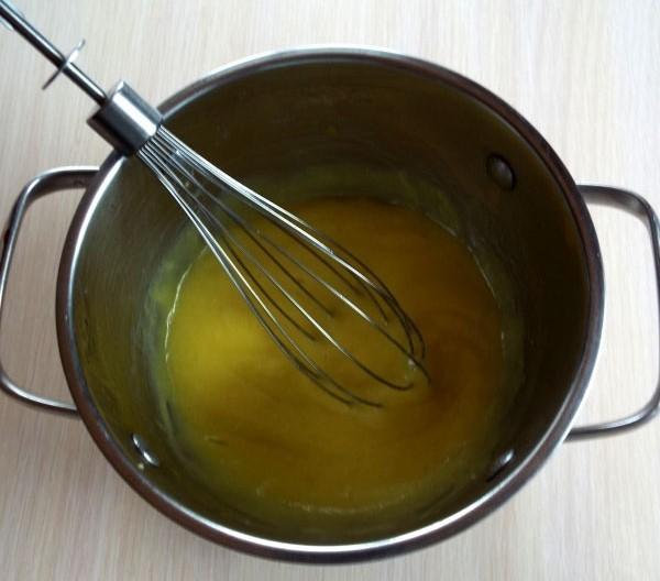Варим крем для лимонного пирожного на мелком огне