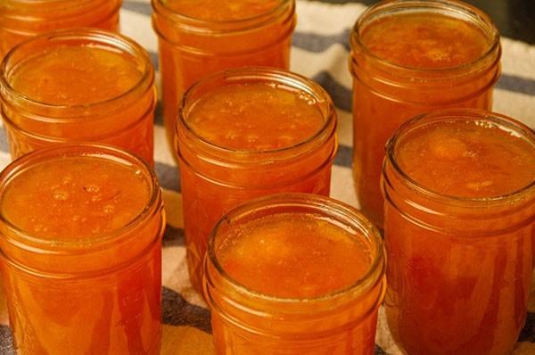 Разливаем абрикосовый джем по банкам и закатываем