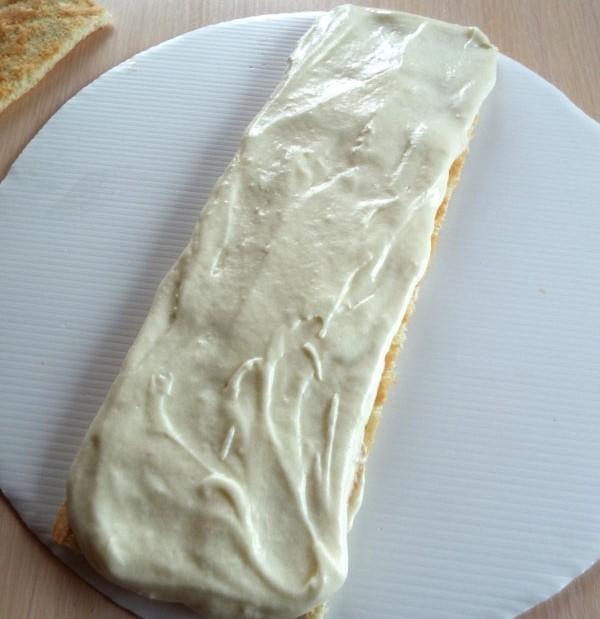 Коржи для лимонного пирожного покрываем белковой массой