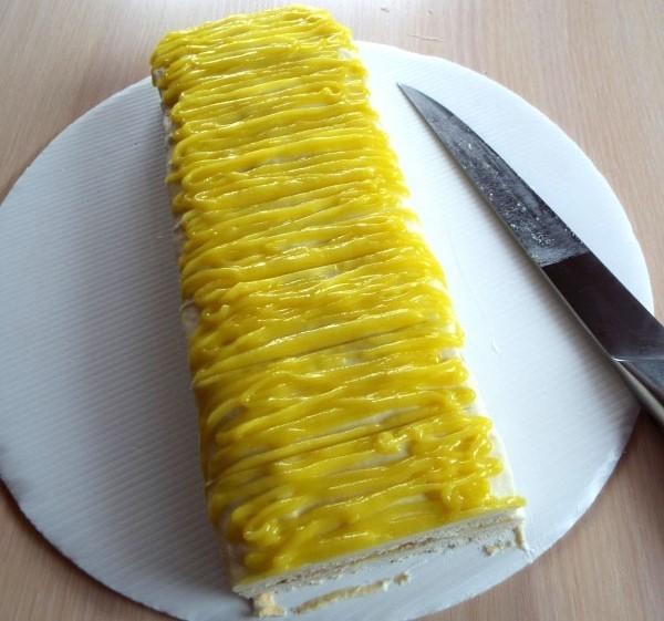 Наносим цитрусовый крем на лимонное пирожное