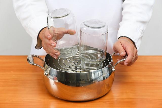 Стерилизация банок перед заполнением абрикосовым джемом