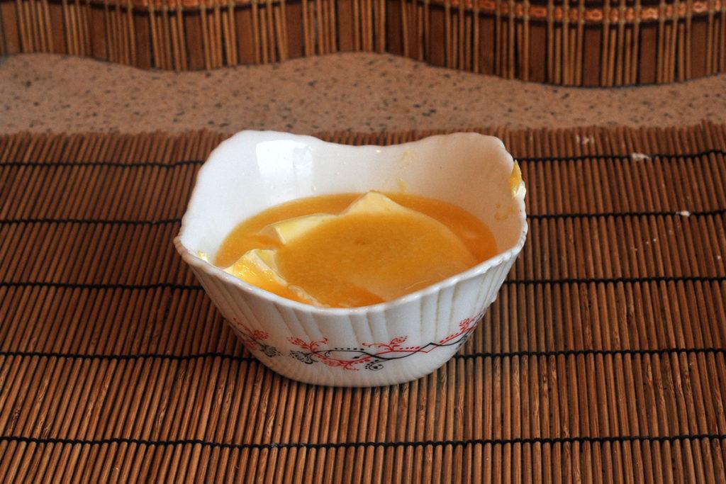 Смешиваем сахар с маргарином для приготовления песочного печенья