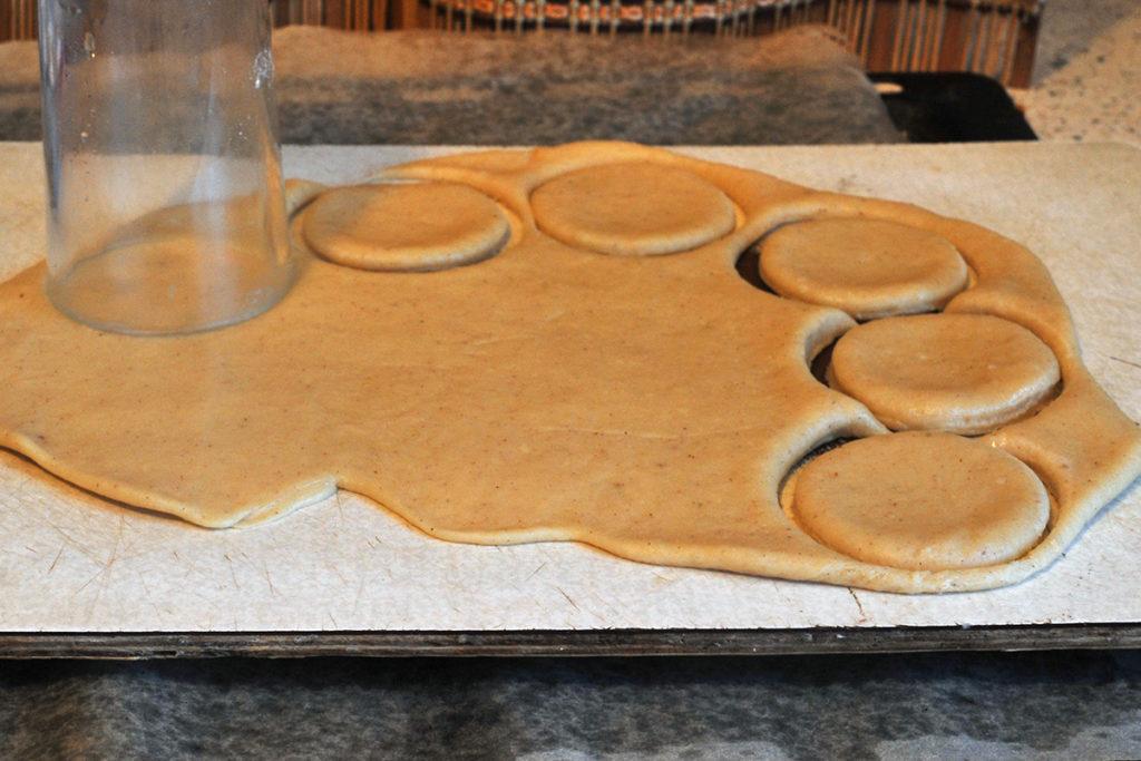 Стаканом вырезаем будущее песочное печенье