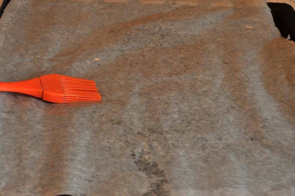 Перед запеканием песочного печенья, противень застелить пергаментом