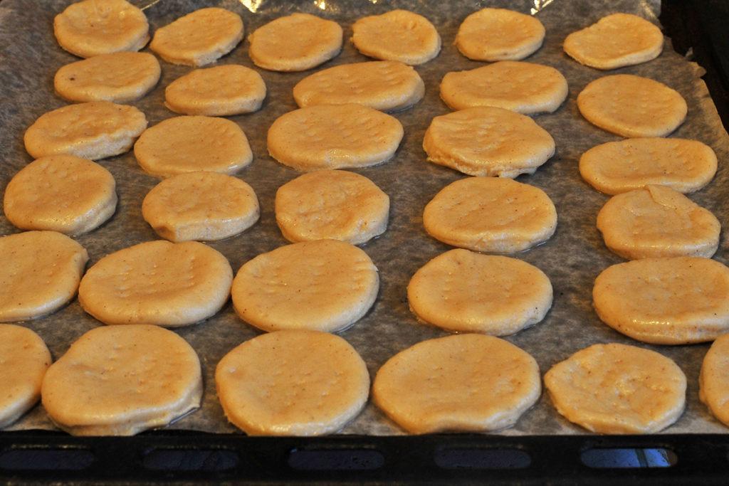 Разложить песочное печенье на противень равномерно