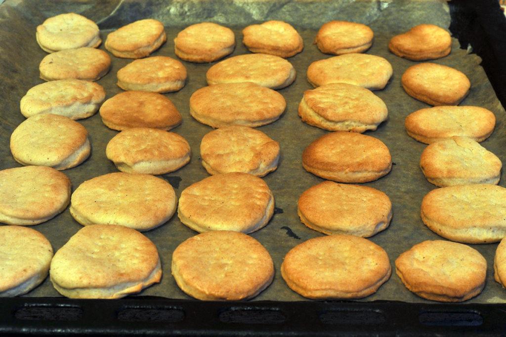 Готовое песочное печенье достаем из духовки
