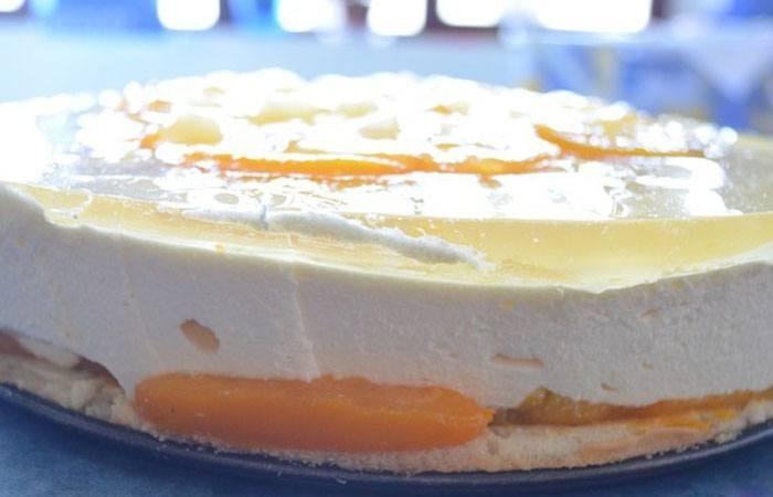 Достаем фруктовое пирожное из холодильника и снимаем форму