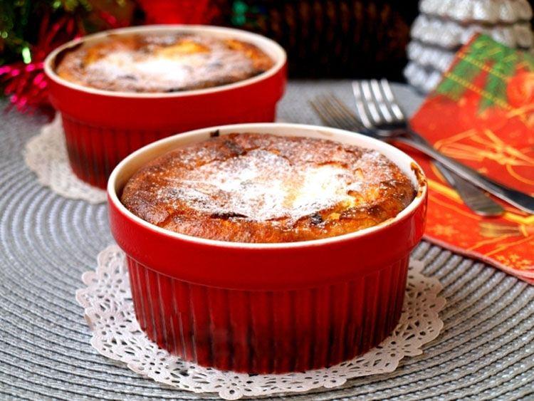 Достаем пудинг из духовки и украшаем сахарной пудрой