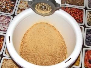 Перемалываем сушеный батон и делаем сухари для пирожного