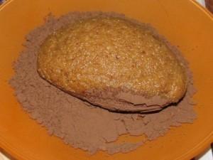Готовое пирожное с сухарями посыпаем порошком какао