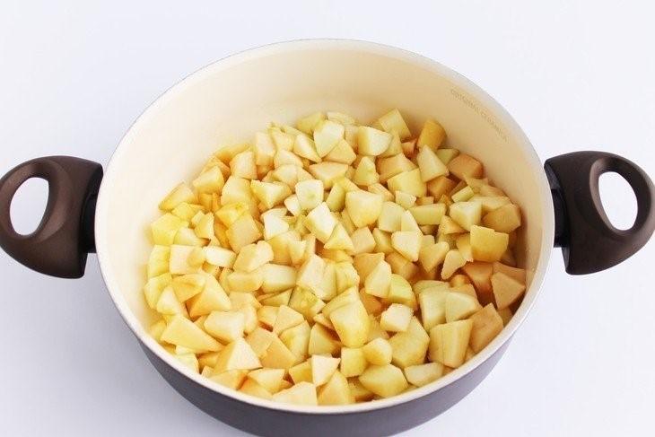 Яблочную мякоть нарезать мелко