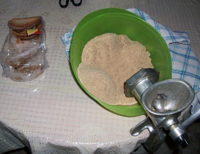 Перемалываем сухари для пирожного