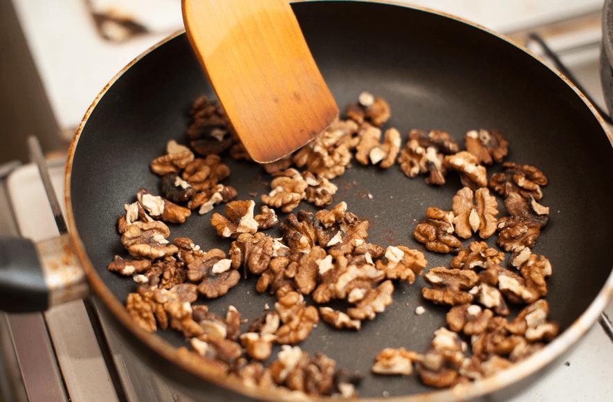 Орехи обжариваем на сковородке и измельчаем
