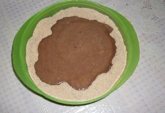 Массу из сахара молока и масла вливаем в сухарики