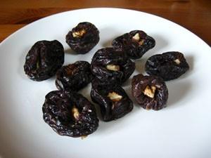 Фаршируем чернослив готовыми орехами