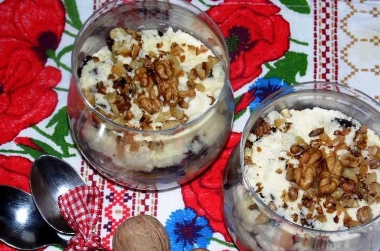 Подача орехово-черносливогово десерта