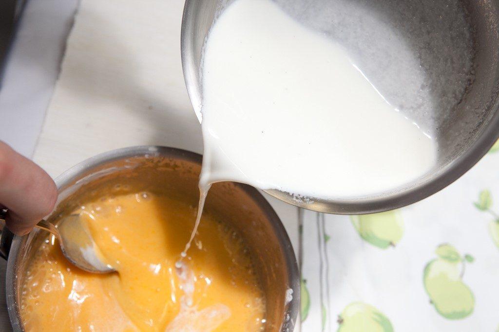 В варящуюся массу добавляем теплое молоко