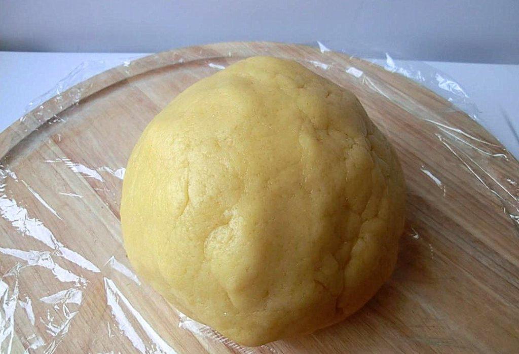 Готовим песочное тесто из смешанных ингредиентов