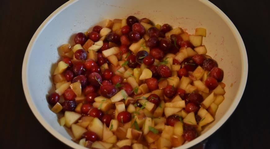 Нарезаем яблоки и готовим ягоды для десерта Крамбл
