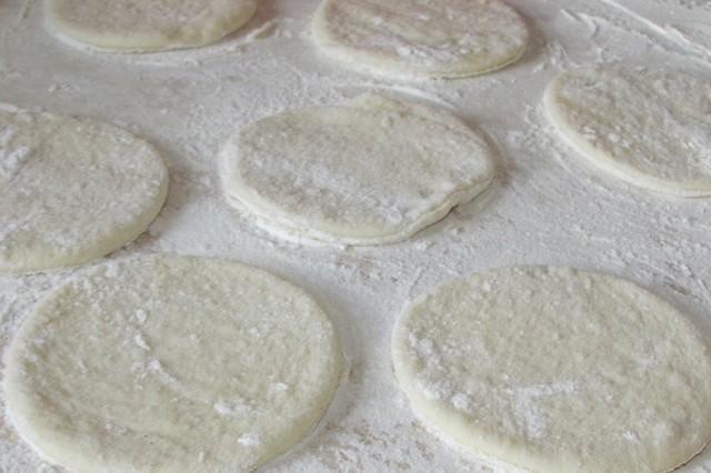 Замесите крутое тесто и положите в холодильник